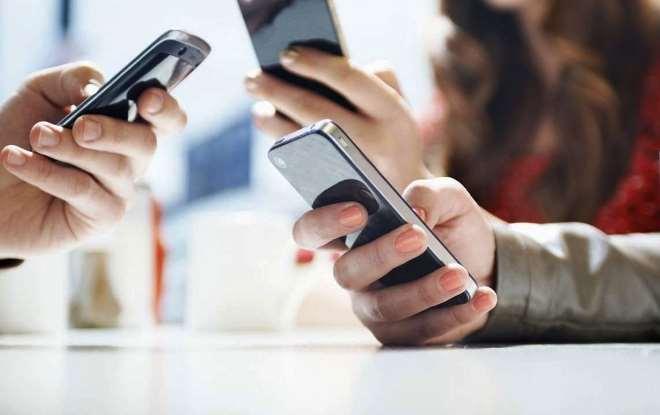 смартфоны в руках