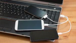 Присоединить смартфон к компьютеру или ноутбуку по кабелю USB