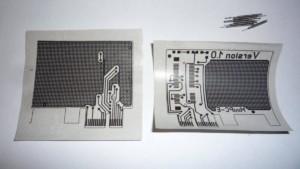 Положить бумагу с распечаткой рисунком вниз на плату и хорошо прогреть утюгом